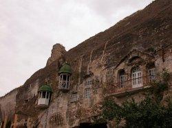 Вид на окна и балконы монастыря