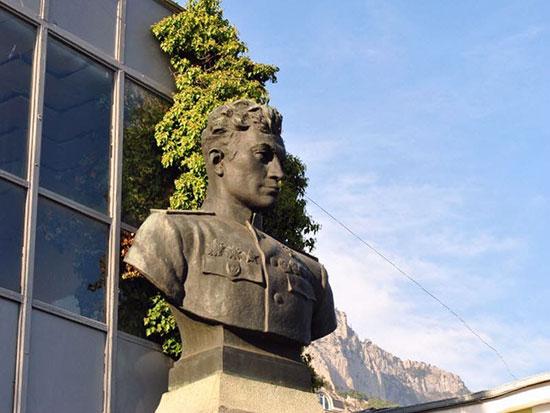 Памятник Амет-хану Султану